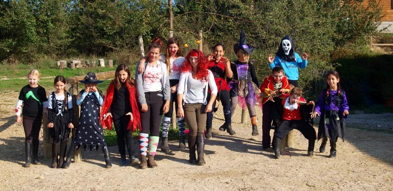les deux équipes au complet! les zombies contre les diablesses!